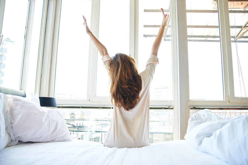 kobieta rano budzi się