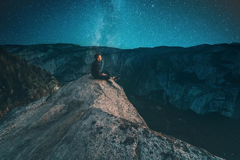 mężczyzna zamyślony w górach