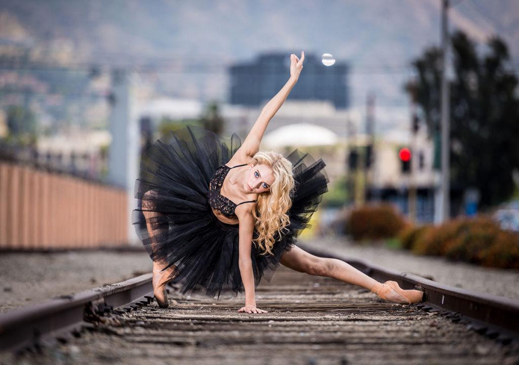 dziewczyna tańczy na torach kolejowych