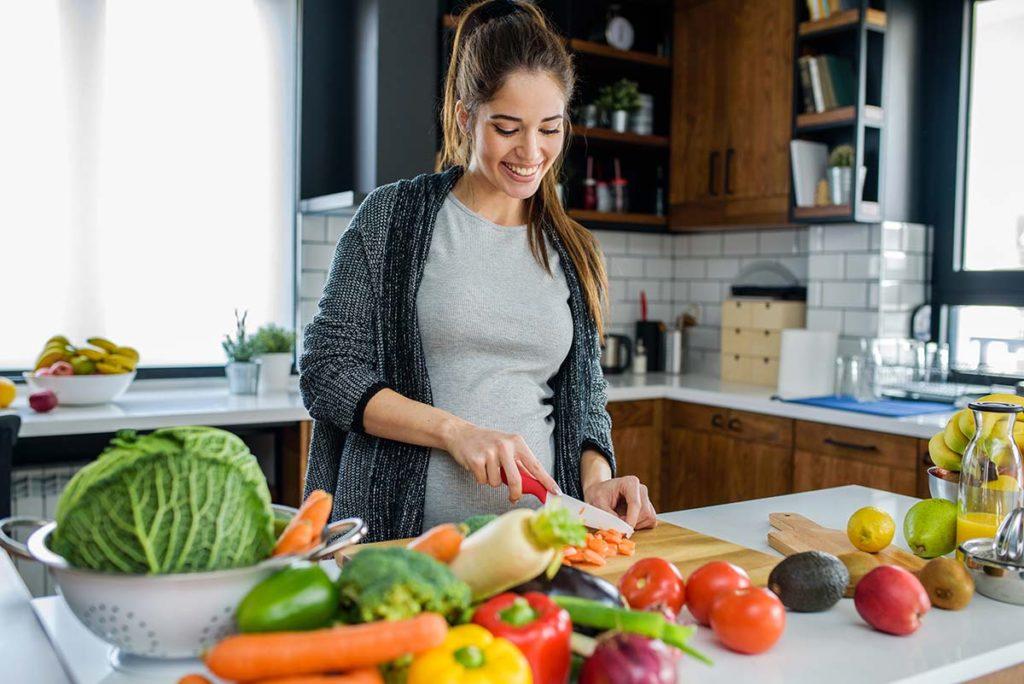 kobieta w ciąży w kuchni 1