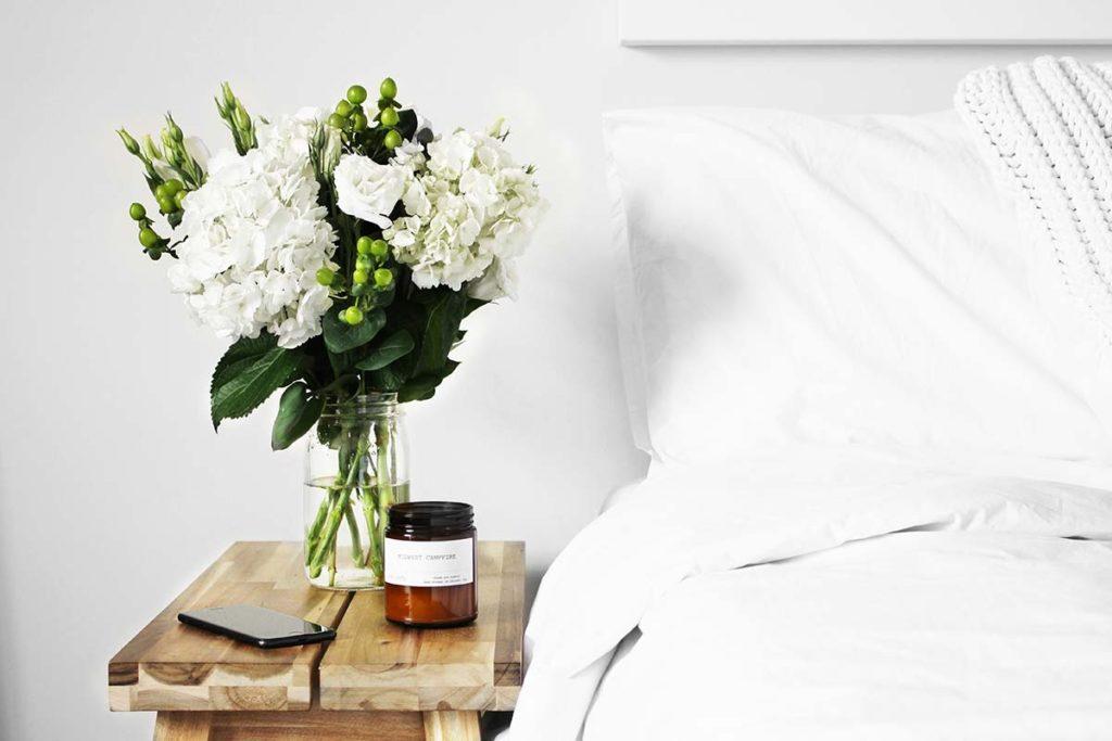 kwiaty w wazonie w sypialni