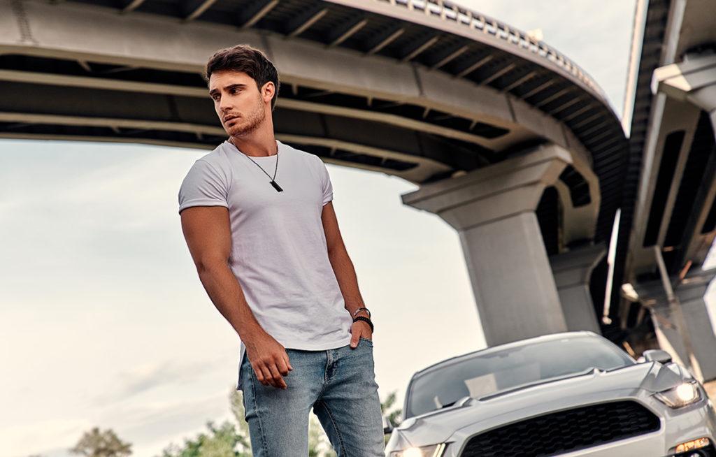 mężczyzna i samochód