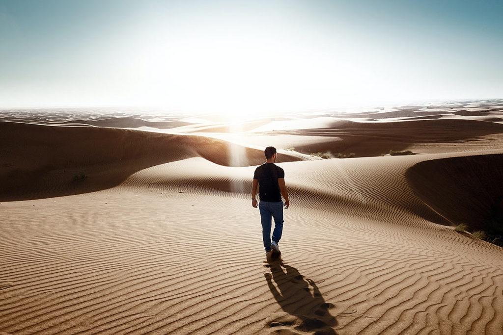 mężczyzna na pustyni
