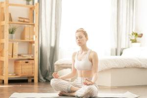 medytująca dziewczyna w domu