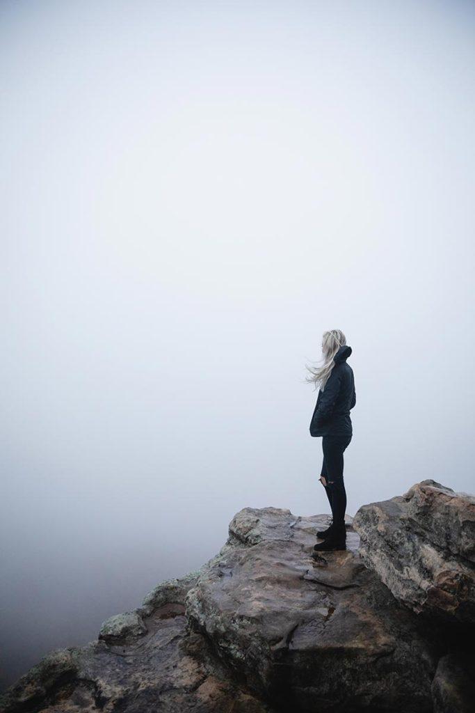 człowiek na szczycie góry