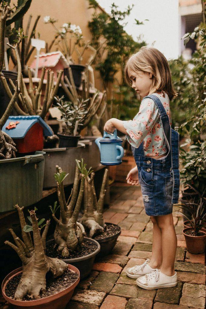dziewczynka w ogródku
