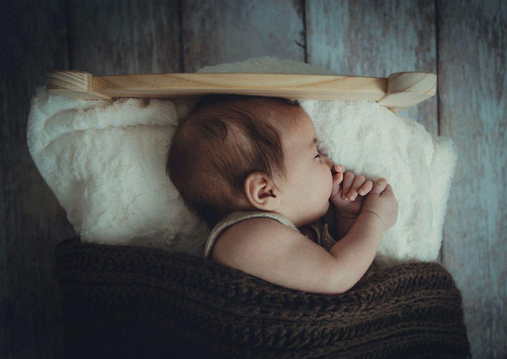 niemowlę w łóżeczku