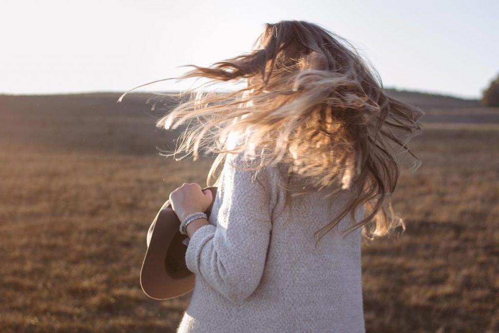 słońce we włosach kobiety