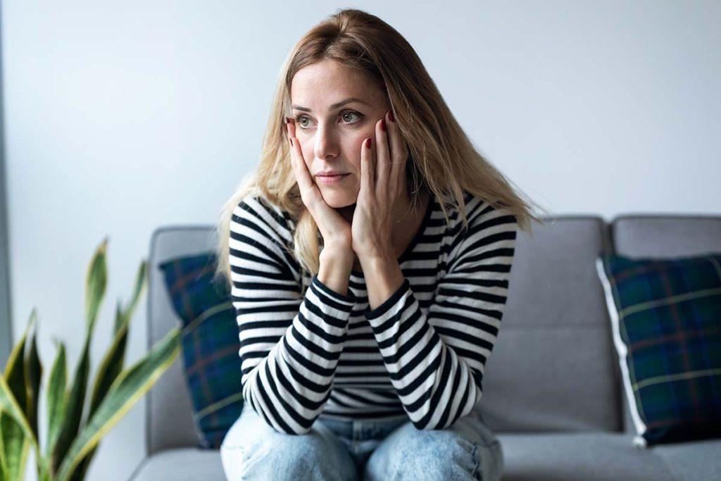 smutna kobieta na kanapie